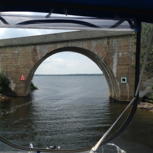 An arch bridge to test our attention